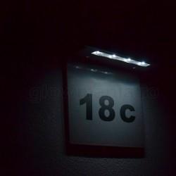 Numar de poarta cu lampa solara LED vazuta in noapte